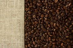 кофе мешковины фасолей предпосылки Стоковая Фотография RF