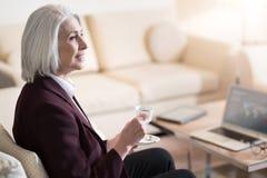 Кофе мирной коммерсантки выпивая в гостинице Стоковые Фотографии RF