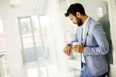 Кофе молодого бизнесмена выпивая на проломе Стоковое фото RF