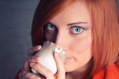 Кофе молодой женщины выпивая Стоковые Изображения