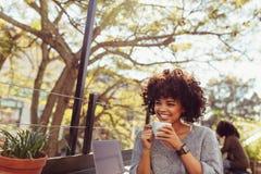 Кофе молодой женщины выпивая outdoors Стоковая Фотография