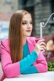 Кофе молодой женщины отдыхая и выпивая Образ жизни концепции, Trav Стоковое Изображение RF