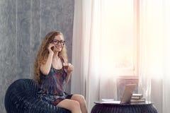 Кофе молодой коммерсантки выпивая с компьтер-книжкой на таблице Стоковая Фотография RF