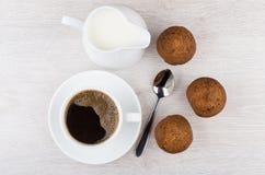 Кофе, молоко кувшина и 3 булочки на таблице Стоковые Изображения