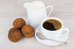 Кофе, молоко кувшина и 3 булочки на таблице Стоковая Фотография RF