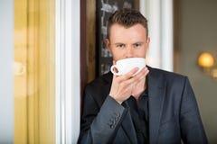 Кофе молодого бизнесмена выпивая Стоковое фото RF