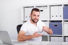Кофе молодого бизнесмена выпивая Стоковая Фотография RF