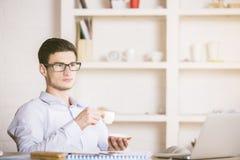 Кофе молодого бизнесмена выпивая Стоковое Изображение RF