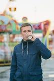 Кофе молодого человека выпивая на покрашенной предпосылке Стоковое фото RF