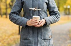 Кофе молодой женщины выпивая в парке осени Стоковое Изображение RF