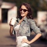 Кофе молодой женщины выпивая от бумажного стаканчика на улице города Стоковые Фото