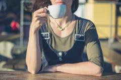 Кофе молодой женщины выпивая снаружи Стоковая Фотография RF