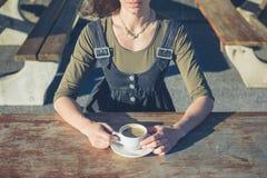 Кофе молодой женщины выпивая снаружи Стоковые Фотографии RF
