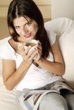Кофе молодой женщины выпивая Стоковая Фотография RF