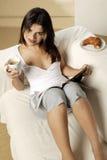 Кофе молодой женщины выпивая Стоковые Изображения RF