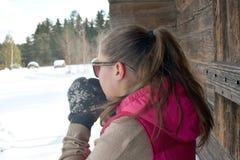 Кофе молодой женщины выпивая outdoors стоковые фотографии rf