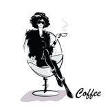 Кофе молодой милой женщины выпивая Стоковое Фото