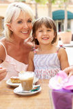 кофе наслаждаясь бабушкой внучки Стоковое фото RF