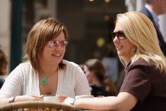 кофе наслаждаясь друзьями Стоковое Фото
