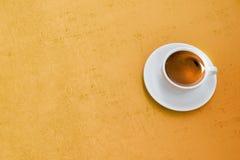 Кофе на деревянной предпосылке стоковые изображения rf