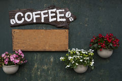 Кофе на деревянном знамени плиты Стоковые Фото