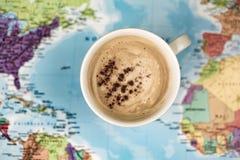 Кофе над картой мира стоковая фотография rf