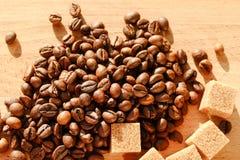 Кофе на предпосылке grunge деревянной стоковые изображения rf