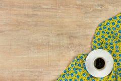 Кофе на салфетке ткани цветка картины на пустой деревянной предпосылке Стоковое Фото