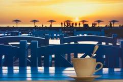 Кофе на таблице в кафе пляжа стоковое фото rf