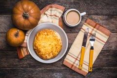 Кофе обеда с flatbread и тыквами на деревянном столе Стоковые Изображения RF