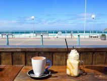 Кофе перед пляжем Сиднеем Bondi Стоковое Изображение