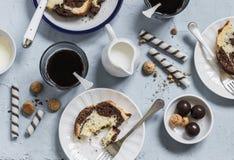 Кофе, печенья, конфета, торт, сливк - завтрак или таблица закуски Стоковое Изображение