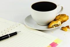 кофе, печенья, тетрадь и pen= Стоковые Фотографии RF