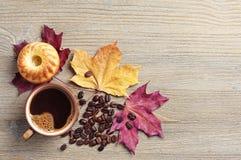 Кофе, пирожное и листья осени Стоковое Фото