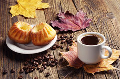 Кофе, пирожное и листья осени Стоковая Фотография
