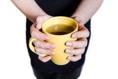 Кофе питья бизнес-леди, держит желтую кофейную чашку Стоковые Фотографии RF