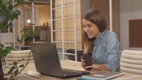Кофе питья девушки на работая эпицентре деятельности стоковые фотографии rf