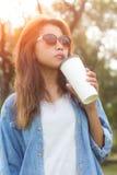 Кофе питья девушки красоты на заходе солнца Стоковое фото RF