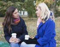 Кофе питья друзей на стенде Стоковая Фотография