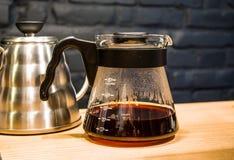 Кофе подготавливает альтернативный метод в стекловарном горшке кофе кофеин Полейте сверх V60 Сервер стоковое фото rf