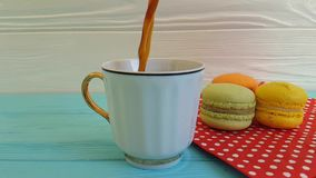 Кофе полит в чашку