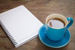 Кофе помещенный на деревянном поле Стоковые Изображения