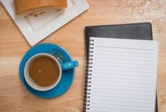 Кофе помещенный на деревянном поле Стоковые Фотографии RF