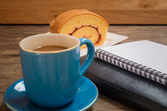 Кофе помещенный на деревянном поле стоковая фотография
