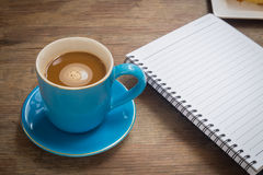 Кофе помещенный на деревянном поле Стоковые Изображения RF