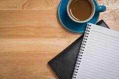 Кофе помещенный на деревянном поле Стоковое Изображение RF