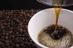 Кофе потека руки Стоковое фото RF