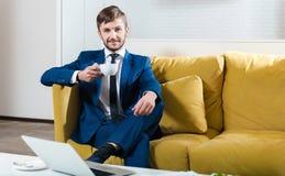 Кофе положительного бизнесмена выпивая Стоковые Изображения RF