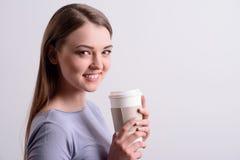 Кофе положительной девушки выпивая Стоковое Изображение