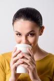 Кофе положительной девушки выпивая Стоковая Фотография